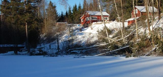 Stugan, lillstugan och båthuset har överlevt vintern hittills. Bryggan har dock frusit sönder.