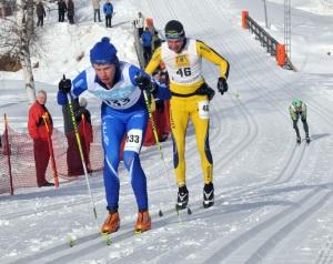 500 m kvar i Vasaloppet. Finländare i gult, Jens Arne Svartedal längre ned. Foto: Charlotte Raaum.