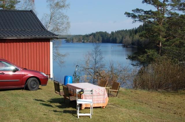 Kvällssol på baksidan. Sjön Såken blir bra för simträning i öppet vatten i sommar.