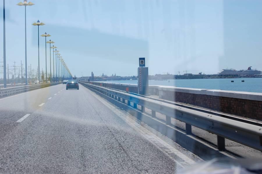 Det går en några kilometer lång bro från fastlandet till Venedigs 118 små öar.