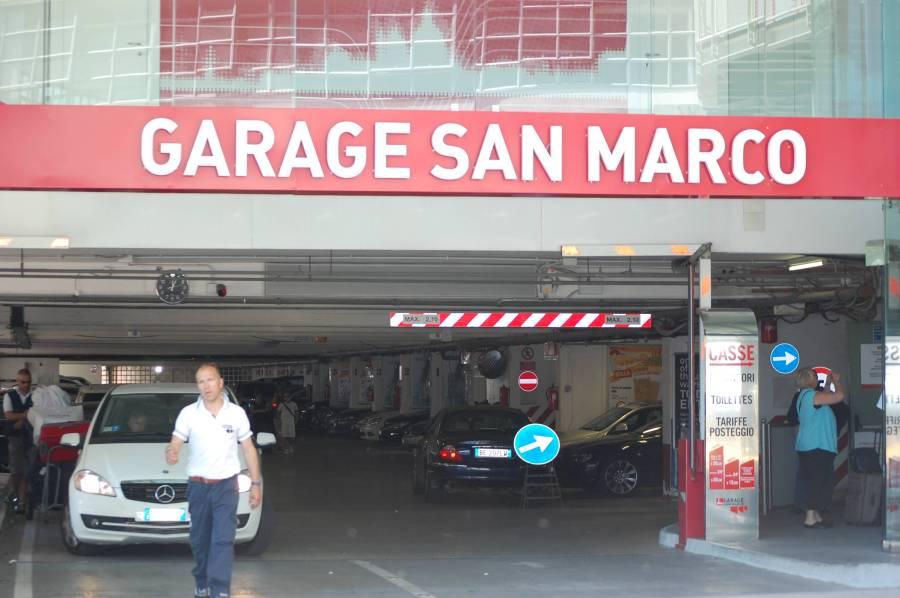 26 euro för 12 timmars parkering precis i ena kanten av Venedig (ända stället bilar är tillåtna).