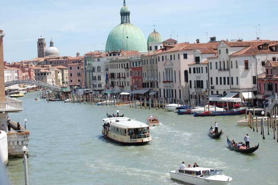 Grande canal går som ett S genom Venedig.