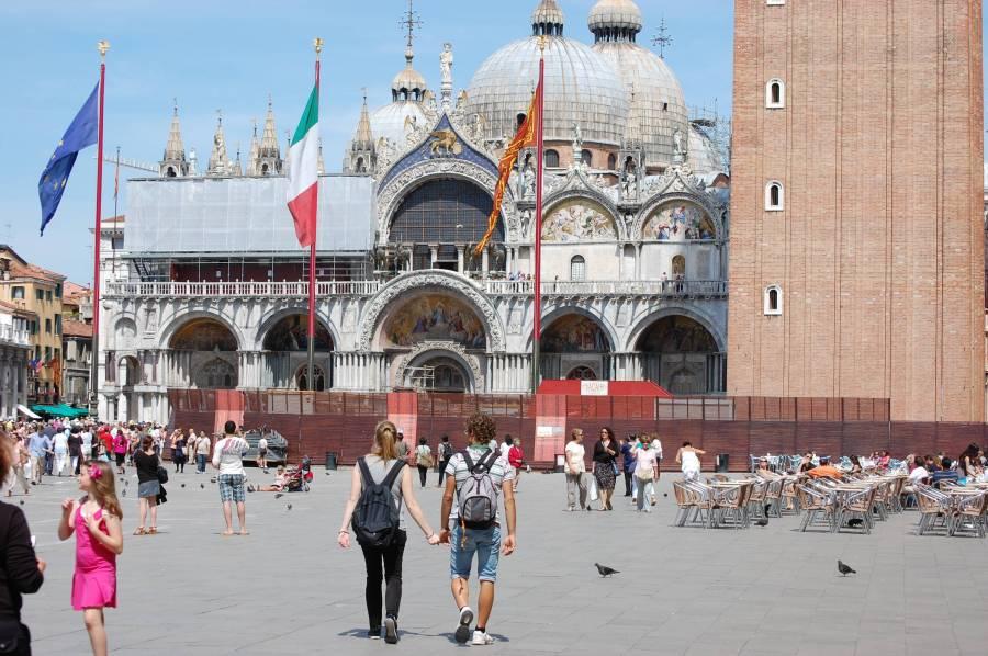 Efter ett par timmars promenad från Piazzale Roma med många stopp nådde vi San Marco-platsen.