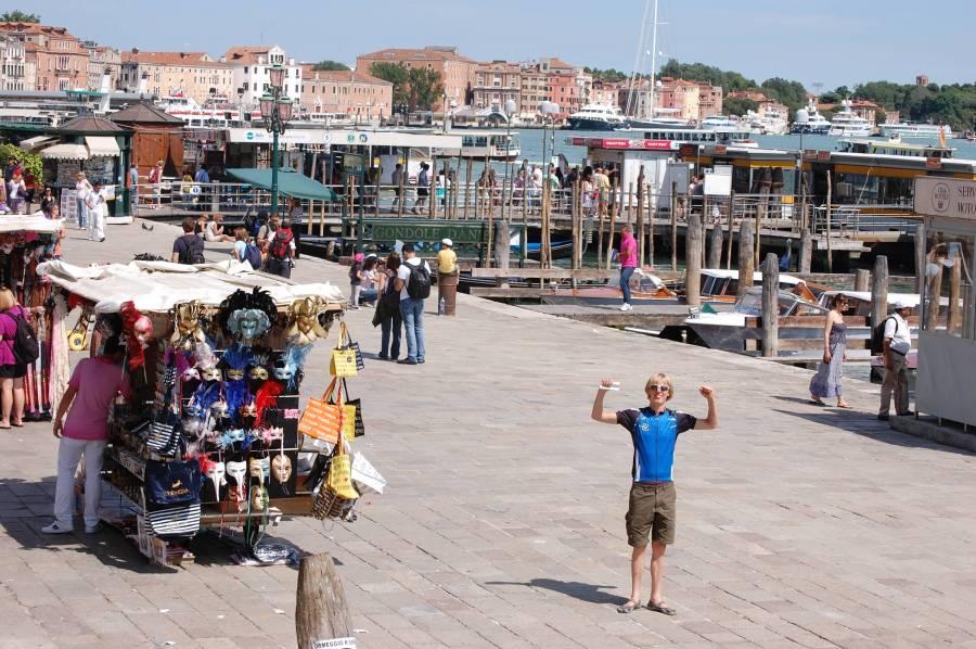 Kuststräckan vid San Marco-platsen är fylld med marknadsstånd,