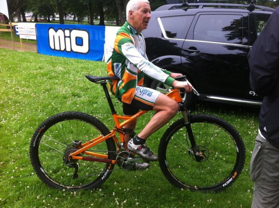 En kort man på en heldämpad 29-tummare. Niner hette cykeln. Import från USA tror jag, själv har jag aldrig sett full suspension 29 inch before.