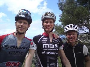 Martin, jag och Jochen på Mallis i maj. Jochen comebackar förövrigt stenhårt. Han deffar och skickar en massa SMS till mig om hur han kapar tider på löpintervallerna. Hur ska detta sluta?