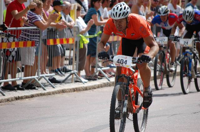 Okänd orange man på upploppet i centrala Norberg.