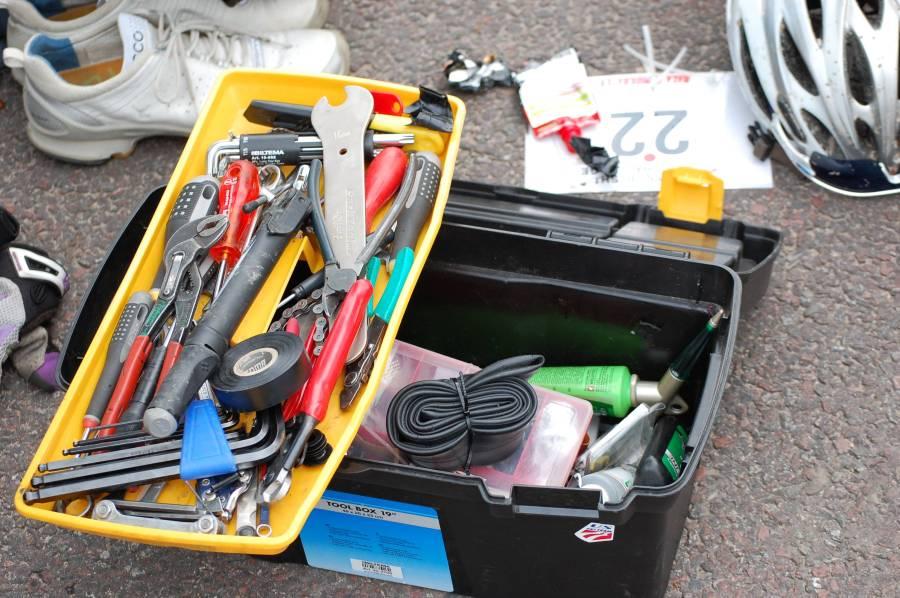 Oskar har många verktyg. Själv nöjer jag mig med en insexnyckel.