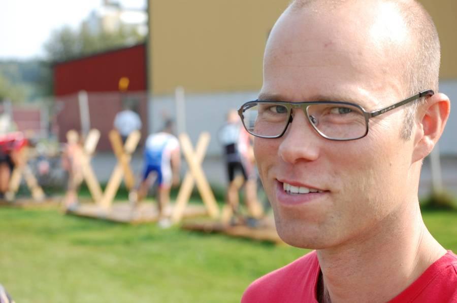 Niklas Ricklund är en kul kille jag lärde känna i Uppsala. Han har skrivit en avhandling om knasiga saker. Den är indelad i fyra olika uppsatser, mellan varje uppsats är bladen färgade efter ledartröjorna i Tour de France. Häftigt!