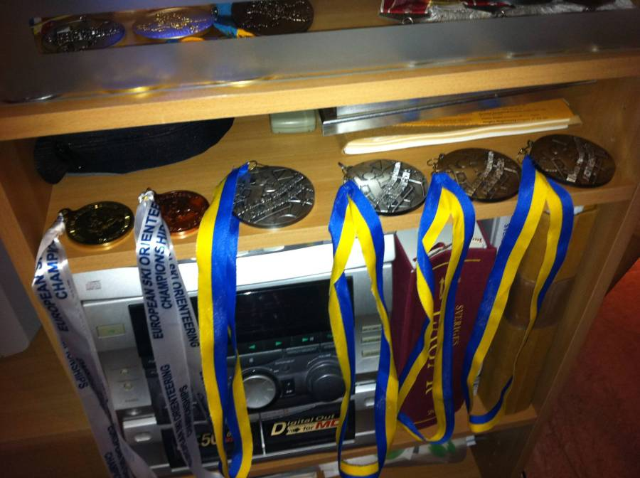 Vi sov hos Peter Arnesson i Borlänge. Han har en massa färska medaljer i skidorientering. De från VM var mycket tyngre än de från EM.