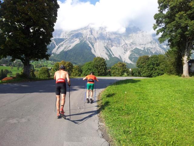 Andreas Lundblad fångade både ett berg, en skåning i ett passgångssteg och en tennistränare på samma bild. I farten med en mobilkamera dessutom. Imponerande.