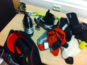 En skidtränares superkit: elektriska sulvärmare, skoöverdrag, videokamera och koner.