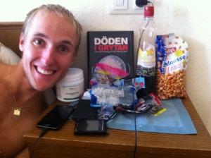 Andreas Lundblad är stolt över att inte leva som han lär. Han läser om hur Mats-Eric Nilsson totalsågar livsmedelsindustrins tillkortakommanden, för att sedan snaska i sig E-nummer för en hel armé och ett par dosetter kosttillskott.