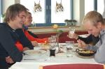 Vi åt lunch på glaciären innan vi åkte ner. Mycket och bra mat för 10 euro. Terje Hellesö kom förbi och knäppte ett foto.