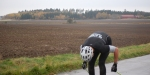 Samuel letar efter mynt på asfalten