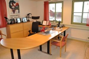 Mora-NIsse och jag trivdes på Jonas Bauers välstädade kontor.