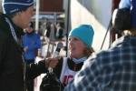 Josefin Larsson blir intervjuad efter målgång av speakern Adam Johansson