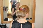 Ida sätter upp Sofias hår på Druvefors