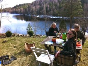 Sofia och Linnéa på lunch i stugan