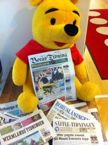 På Ronald McDonalds Hus där Ida och jag bor läser Nalle Puh Borås Tidningen. Han har rivit ut bilder på både Lasse Nilsson och Anders Svensson.