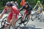 Robert Pölder i rött. Pappa Tony har vallat cykeln.