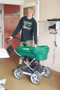 Astrid fick komma ut 5 minuter igår i en lånebarnvagn från Östra Sjukhuset.
