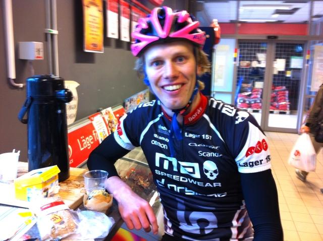 Så här mysigt kan man ha när man fikar kaffe, muffins och macka på ICA i Bollebygd med triathlonlägrets deltagare.