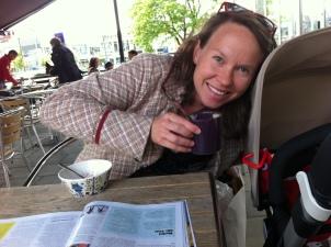 Vi vågade ut på riktigt med barnvagnen för första gången på nationaldagen. Då inledde Ida sin tid som lattemorsa. Själv körde jag som vanligt bryggkaffe med en chokladbiski. På Viskan Express i Knalleland.
