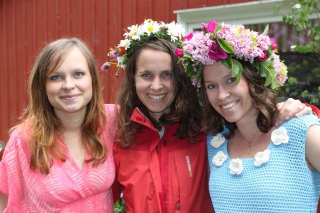 Ida till höger med hemmavirkad klänning. Med sina småsystrar Åsa Pettersson och Erika Lundgren.