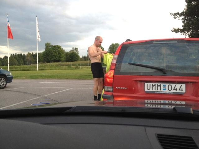 Olle och jag smygfotoade lite bara överkroppar på parkeringen med våra telefoner efteråt. Här långdistansroboten Magnus Aasas sexpack, inte dåligt för en 50-åring.