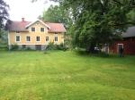 Huset är stort, ladan är större, tomten är störst. Karln i huset klipper gräset på 2,5 timme om han snabbar på.