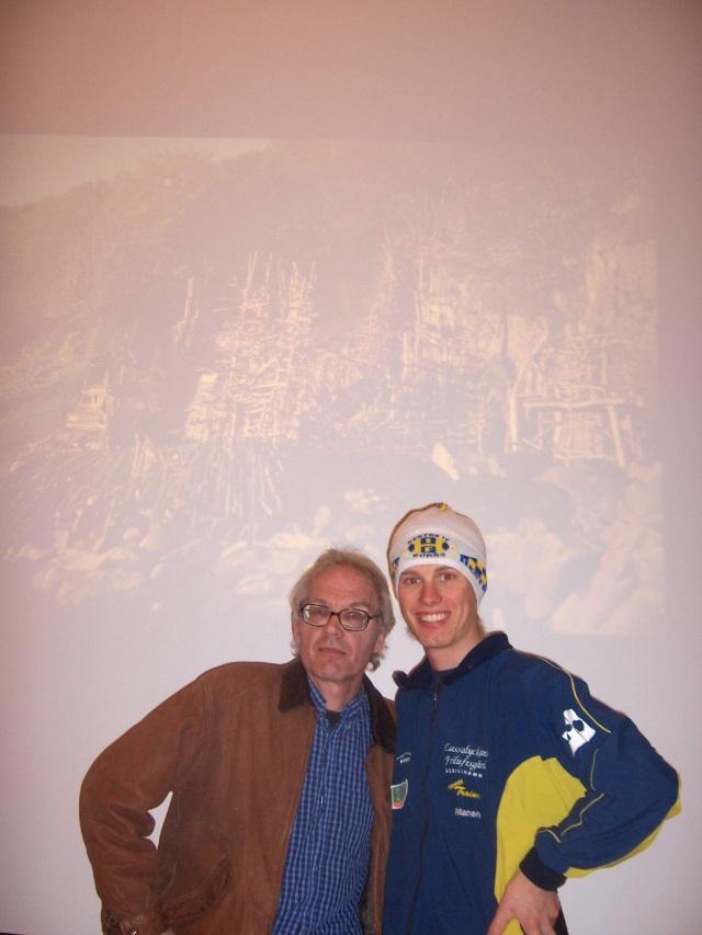 Lars Vilks och jag i Alaska, med en bild på Nimis i bakgrunden. Han kom faktiskt dit och hade en föreläsning.