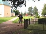 Lasse Strand. En tävlingsledare måste gå til en kyrkogård för att få ro och språka i telefonen.