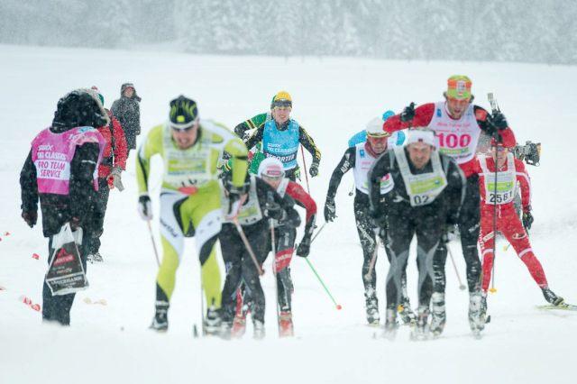 Swix Ski Classics skiing reporter i bakgrunden. Jag kan inte vara anonym med specialdesignad nummerlapp.