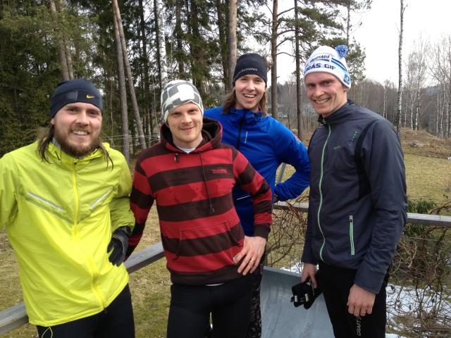Mackan, Bizze Wing, Per Odqvist och Stavåsen på vår altan. Oväntat och väldigt trevligt löpsällskap.