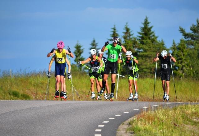 Liared Open Race utanför Ulricehamn förra året. Jag först i klungan med rosa hjälm. Arrangör och fotograf: Martin Eckervad.