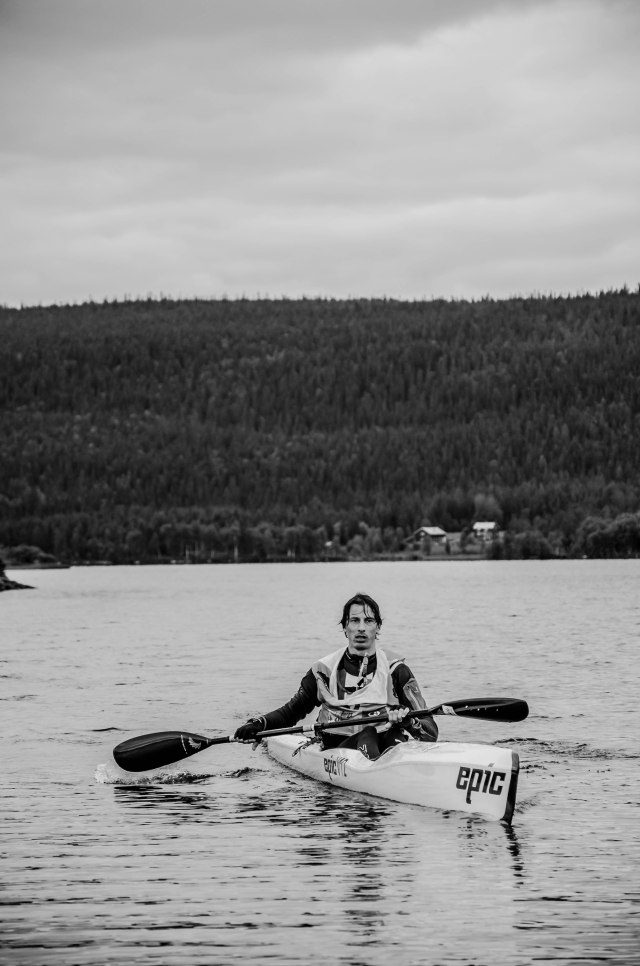 John Andén från X-Country Center Ulricehamn i en surfski. Foto: Marcus Wadell.