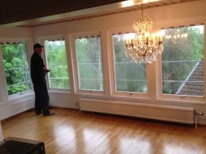 Dessa fönster i vardagsrummet (totalt 9 stycken) byttes ut igår. Även papptaket blev färdigtlagt.