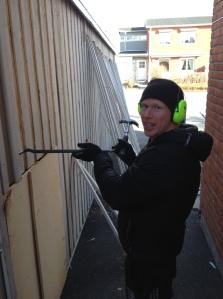 Min svågar Mattias Nilsson har tummen ungefär lika central placerad i handen som mig. Därför var det stor succé att se honom ta första stegen till att byta panel på garaget vid deras radhus.
