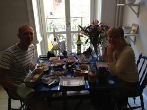 Oskar Lund och Marie-Louises lägenhet. Den goda lunchen på den mörka bilden bestod bl a av inlägga ägg, hembakt bröd och en god, halvrå fisk