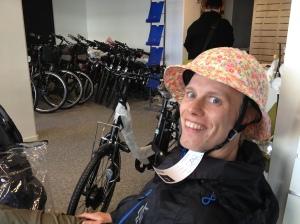När Ida och jag var i Göteborg med Astrid besökte med butiken EcoRide på Husargatan. Den var till bredden fylld av elektriska cyklar och blommiga hjälmar.