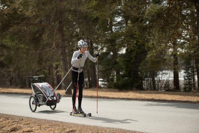 Jag testade Idas systers Åsas enbarnvagn med dyrbar last i Östersund för några veckor sedan. Rullskidutrustningen är Mattias.