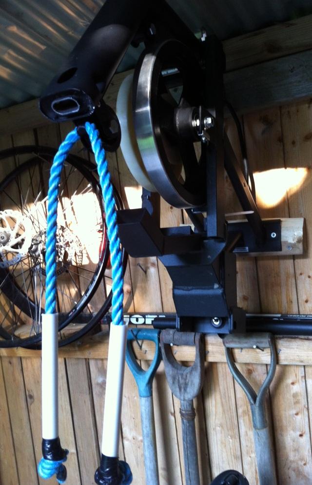 Jag fick en bild av Mats Lundh som gjort om en kasserad roddmaskin till stakmaskin. Nöden har inget lag! Själv föredrar jag dock min SkiErg. Ska bara bli 100 procent frisk innan det är dags för sub 18 på 5000 meter.