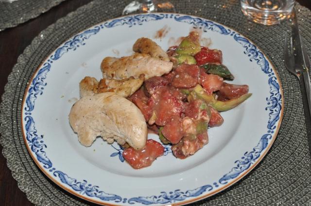 Huvudrätten: Kyckling med sallad på chevre, jordgubbar, mynta och avokado. Ser tyvärr mer geggigt än gott ut på bilden.