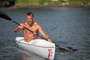 Anders Aukland i sin brors surfski, som även jag fick pröva utan att ramla i