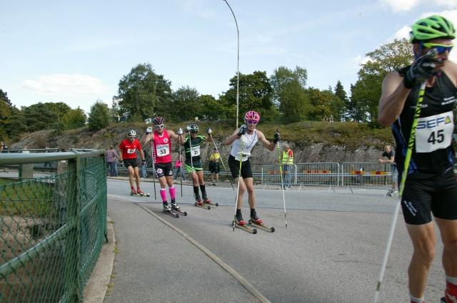 Ut på sista varvet drar Erik Melin Söderström före mig, Robin Bryntesson, en norrman och en ryss. Foto: Kjell-Erik Kristiansen, sweski.com.