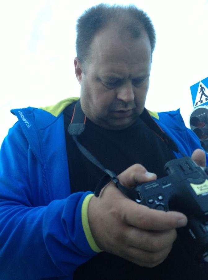 Johan Ericsson granskar bilder då snyge-Marcus kändes sig stängd av Westman på upploppet, men det visade sig inte vara oschysst.
