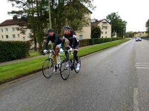 På väg norrut körde vi förbi fincyklisterna Ove Nilsson och Magnus Andersson. Ove ställde ut med bart nedtill och såg ut att ha vältrimmade ben.