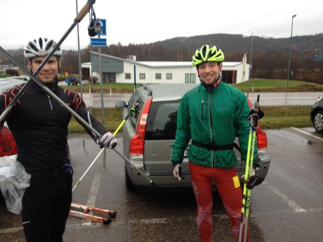 Robert Malmgren och Daniel Abrahamsson efter en tur till Ulricehamn. FÖR ATT HÄMTA VÅR NYA BIL, EN V70 FRÅN 2007!!! Det känns underbart att ha ett alternativ till den franska skitbilen. Pappa köpte ny bil i Ulricehamn, därav den märkliga leveransen.