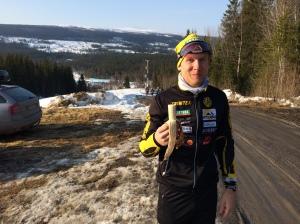 Emil Ekman har för vana att svälja en banan en timme innan start. Själv sväljer jag socker och koffein i flytande form.
